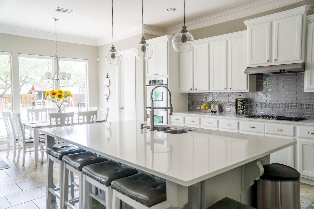Moderne lyst køkken med naturligt lys