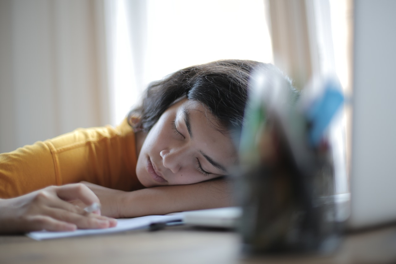 Person sover på sit skrivebord