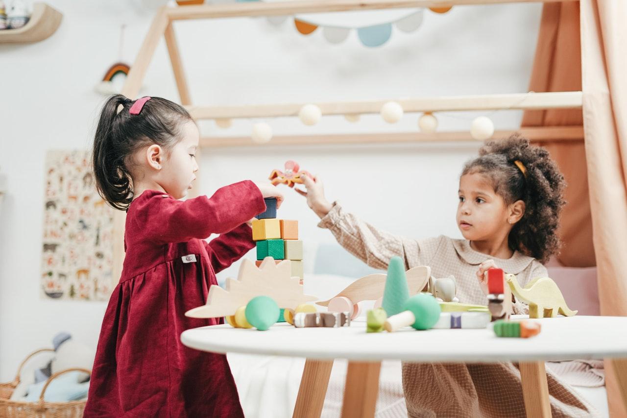 To børn leger med legetøj sammen